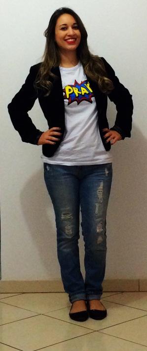 Blazer preto, jeans rasgado e sapatilha