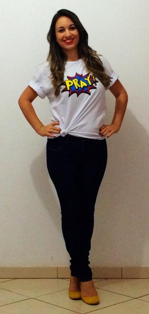 Camiseta com nózinho, jeans lavagem escura e anabela amarela
